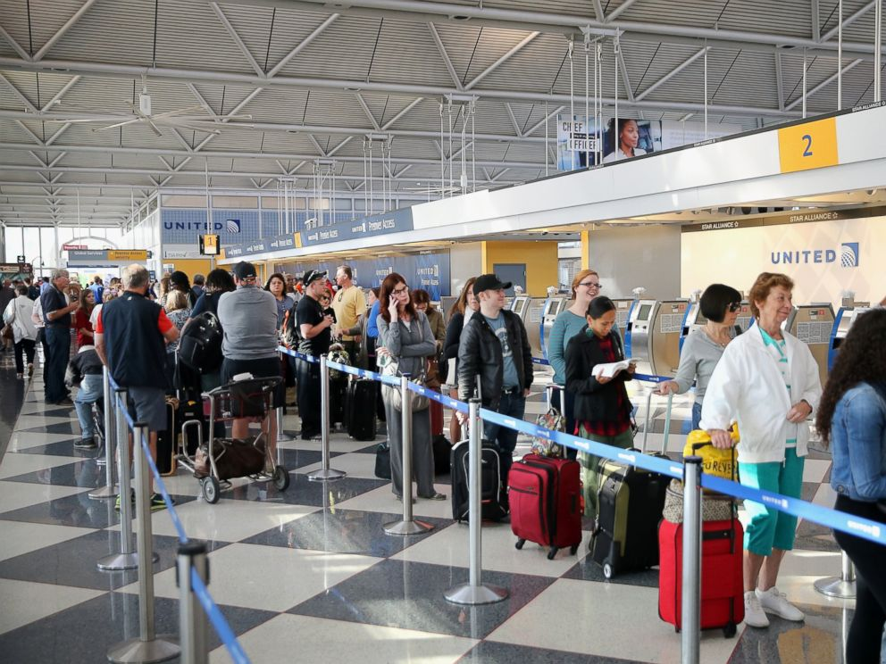 PHOTO: Passengers check in for flights at OHare International Airport, Sept. 26, 2014, in Chicago.