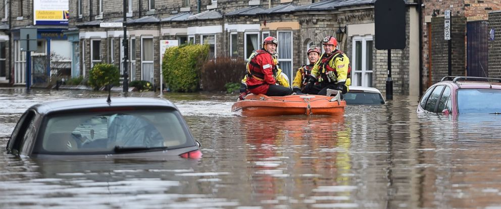 PHOTO:Rescue teams move through flood waters that have inundated homes in the Huntington Road area of York after the River Foss burst its banks, Dec. 28, 2015 in York, England.