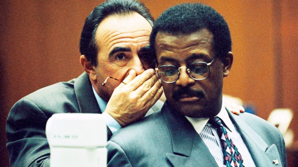 Defense attorneys Robert Shapiro and Johnnie Cochran confer during testimony in the OJ Simpson Criminal Trial, Feb. 9, 1995.