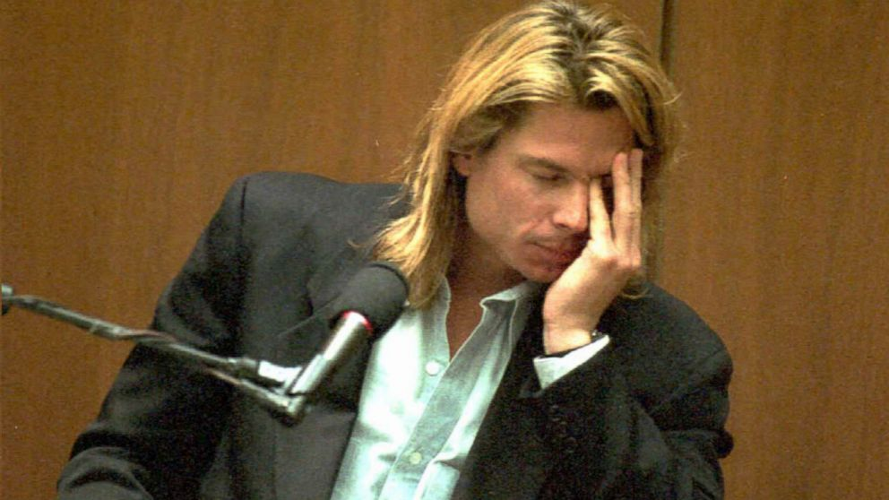 """Brian """"Kato"""" Kaelin waits to testify further as opposing lawyers meet in a sidebar conference during the OJ Simpson double murder trial, March 27, 1995."""