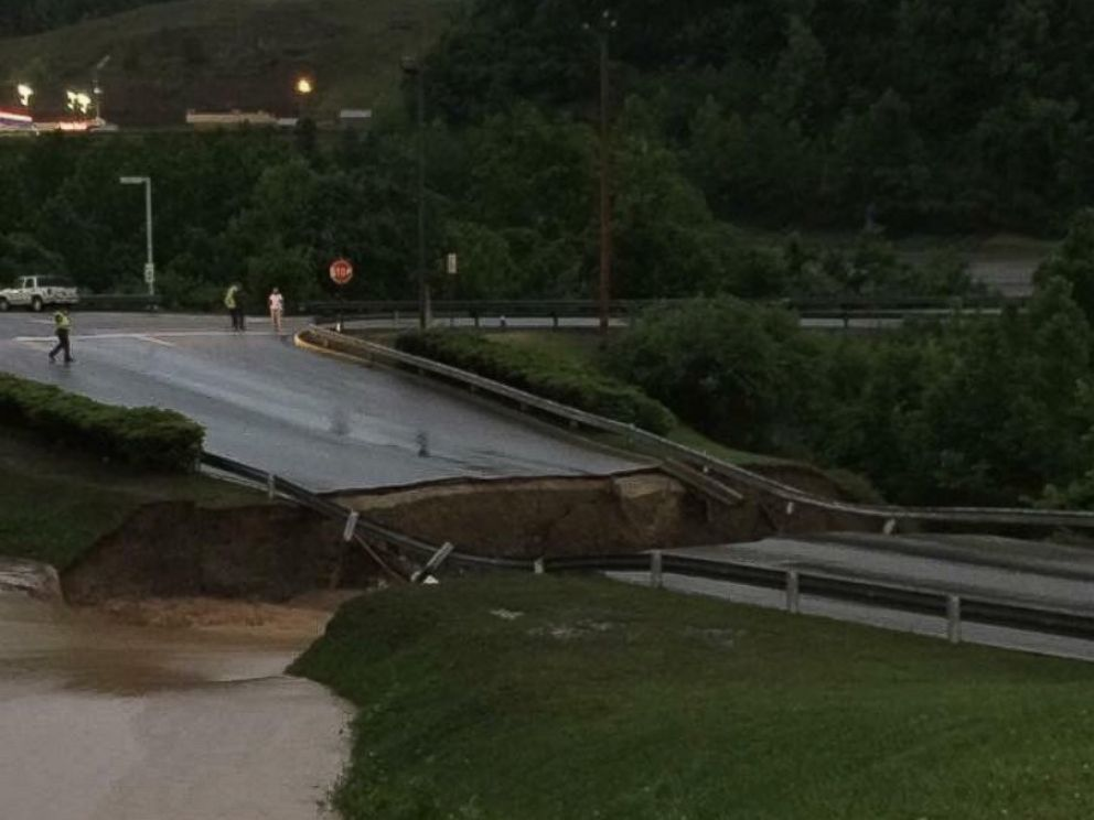PHOTO: Hundreds of people were trapped at this shopping center in Elk View, West Virginia.
