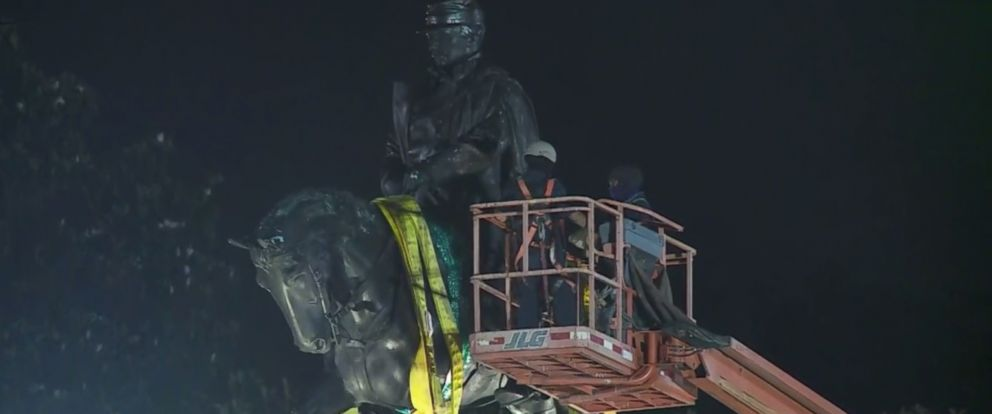 PHOTO: New Orleans workers remove a massive monument of Gen. P.G.T. Beauregard.
