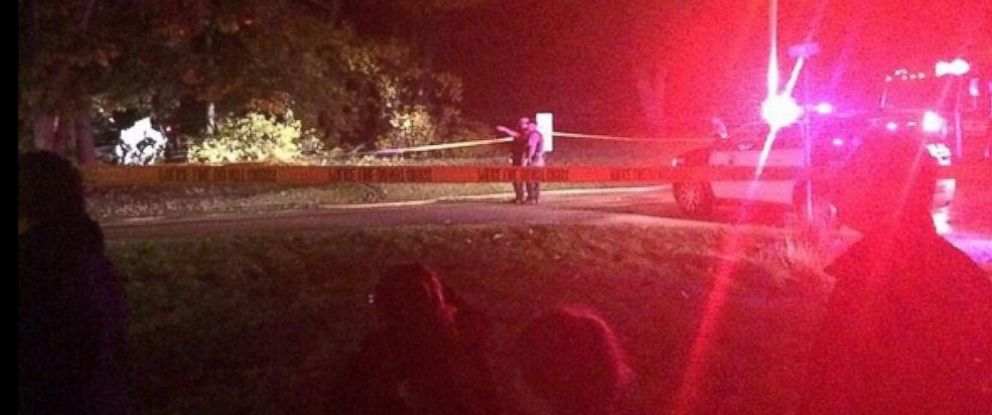 PHOTO: Authorities respond to the scene of a plane crash in Palos Hills, Ill., Oct. 12, 2014.