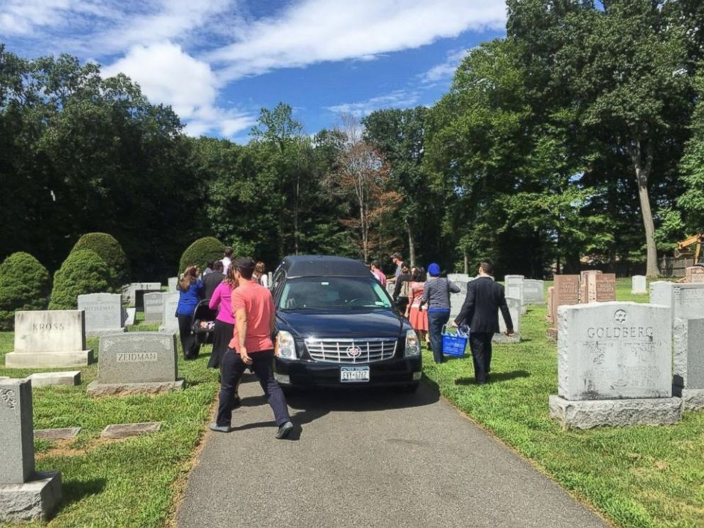 PHOTO: About 30 strangers attended the funeral of a woman named Francine Stein at Temple Israel Memorial Park in Blauvelt, New York, after community members learned she had no family or friends.