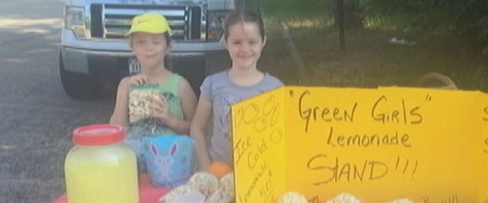 PHOTO: Sisters Andria and Zoey Green started a lemonade stand to raise money to get their dad a Fathers Day gift, June 8, 2015, in Overton, Texas.