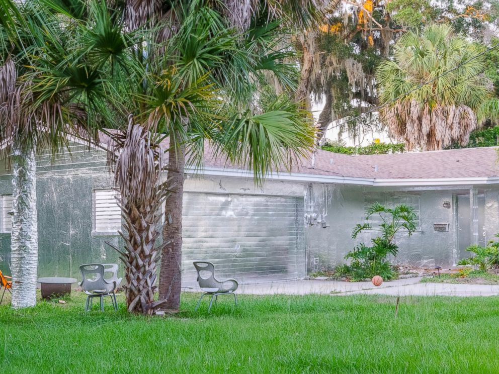 PHOTO: Artist Piotr Janowski covered his house in Tarpon Springs, Florida with aluminum foil.