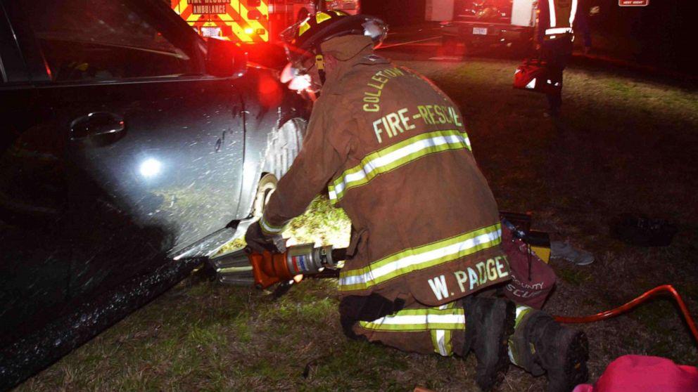 Frau wählt 911, die mit Ihrem Zehen nach beiden Händen zerdrückt mit dem Auto