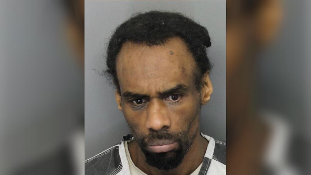 Halb-nackt sex-Täter verhaftet, bricht in die Heimat durch die doggy Tür