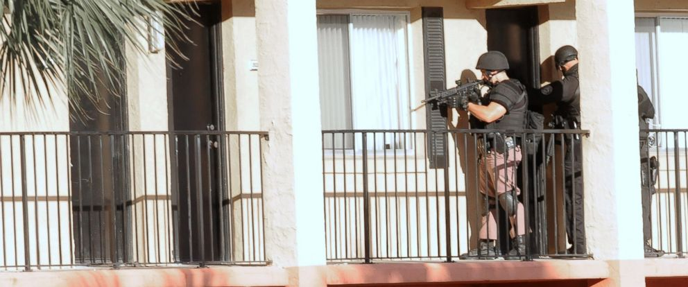 PHOTO: Police search the Tzadik Brookside apartment complex in Orlando, Florida, for Markeith Loyd, a suspect in the shooting death of an Orlando, Florida police officer on Jan. 9, 2017, outside an Orlando Walmart store.