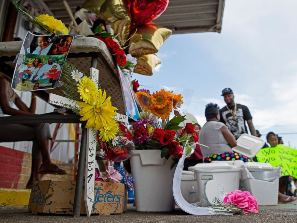 PHOTO: Flowers are part of a memorial in front of the Triple S convenience store where Alton Sterling was shot by Baton Rouge Police officers, July 6, 2016.