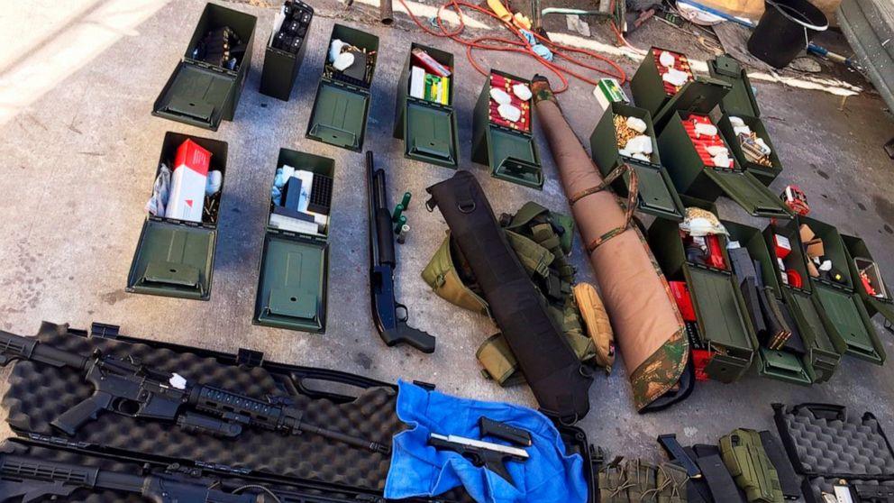 Znalezione obrazy dla zapytania: gun usa police