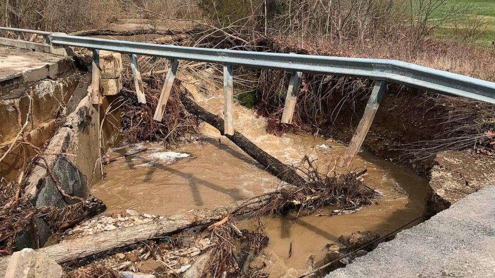 6 φορείς ανακτηθεί μετά το νερό σαρώνει τα αυτοκίνητα από την Ιντιάνα δρόμο