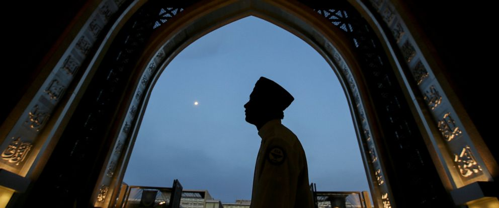 A worshipper arrives at a mosque for Iftar during the holy Islamic month of Ramadan in Kuala Lumpur, Malaysia, Thursday, May 16, 2019. (AP Photo/Annice Lyn)