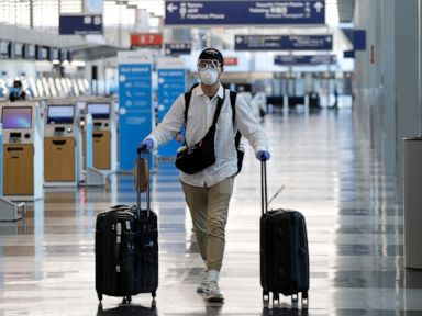 United Airlines' mask mandate expands to areas in airports thumbnail