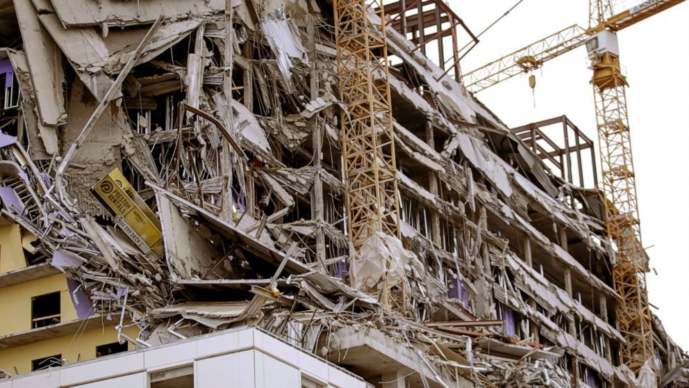 1 dead, 2 missing after hotel collapse in New Orleans thumbnail