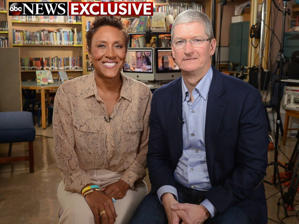PHOTO: Robin Roberts interviews Apple CEO Tim Cook at P.S. 161 Pedro Albizu Campos School in Harlem for an interview that will air on Good Morning America, 9/14/16.