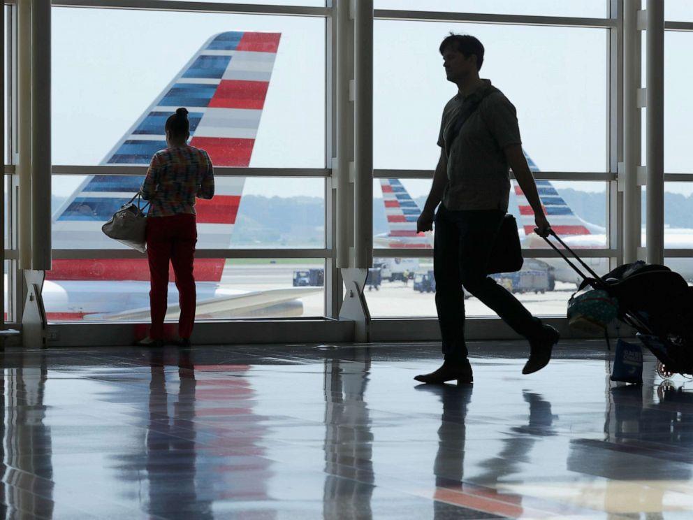 PHOTO: Passengers move through Ronald Reagan National Airport, May 27, 2016, in Arlington, Va.