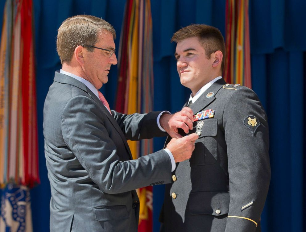 PHOTO: Defense Secretary Ash Carter awards Oregon National Guardsman Alek Skarlatos with the Soldiers Medal during a ceremony at the Pentagon, Sept. 17, 2015.