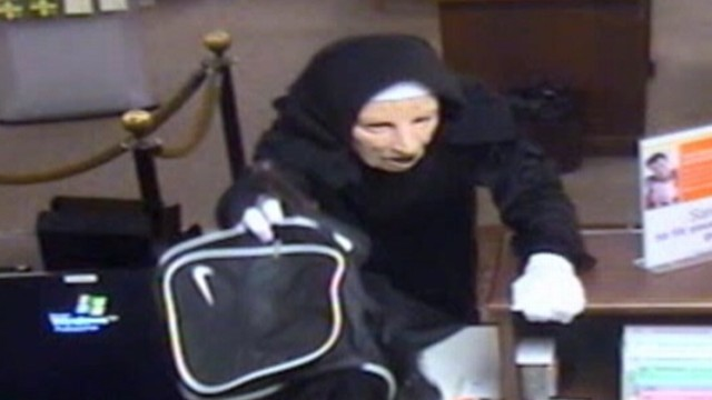 VIDEO: Pair of suspected robbers knocked over TCF bank in Palos Height, Illinois.