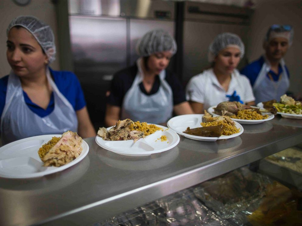 PHOTO: Volunteers with the non-profit La Fondita de Jesus serve Thanksgiving lunches to homeless people in San Juan, Puerto Rico, on Nov. 22, 2017.