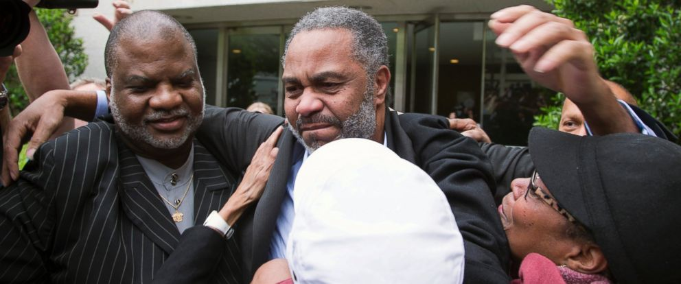 PHOTO: Friend Lester Bailey, left, and others greet Anthony Ray Hinton, center, as Hinton leaves the Jefferson County jail, April 3, 2015, in Birmingham, Ala.