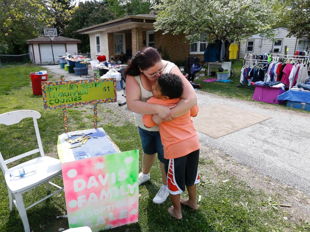 PHOTO: Donnie Davis gives Tristan Jacobson a kiss outside their home in Springfield, Mo., April 22, 2016.