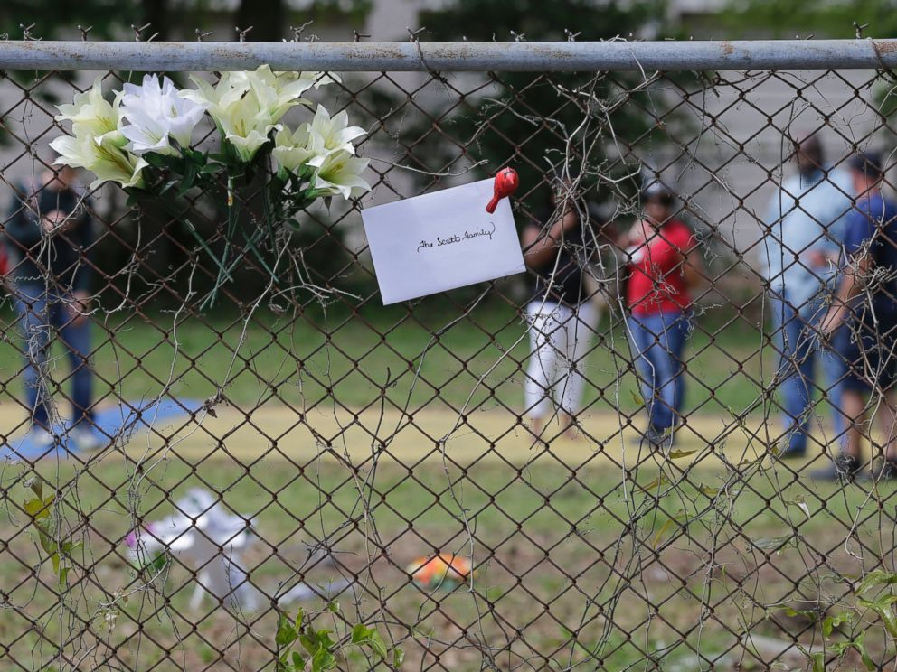 PHOTO: People look at memorials placed near the site where Walter Scott was killed in North Charleston, S.C., April 8, 2015.