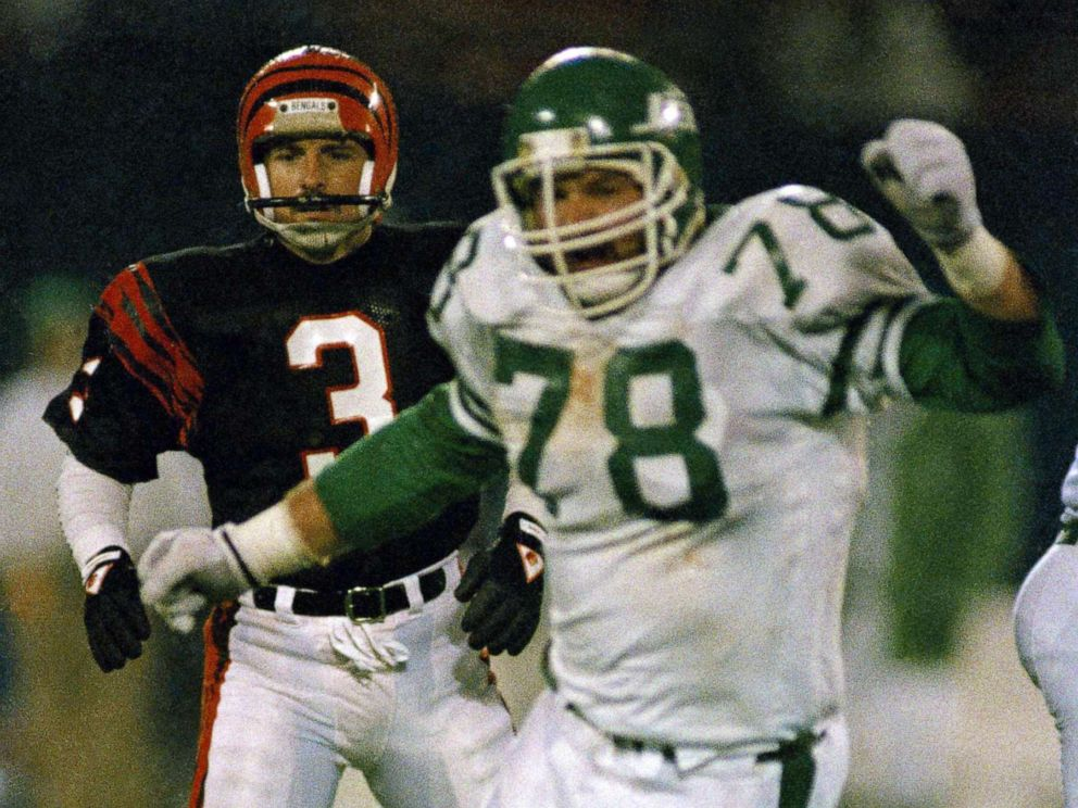 PHOTO: New York Jets Barry Bennett, right, reacts after blocking Cincinnati Bengals place kicker Jim Breechs game-winning field goal attempt at Giants Stadium in New Jersey, Nov. 30, 1987.