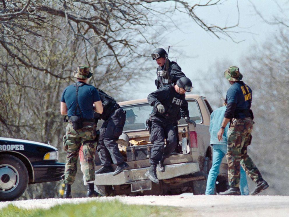 PHOTO: FBI agents unload from a pickup truck, March 12, 1993, near the Branch Davidian religious compound.