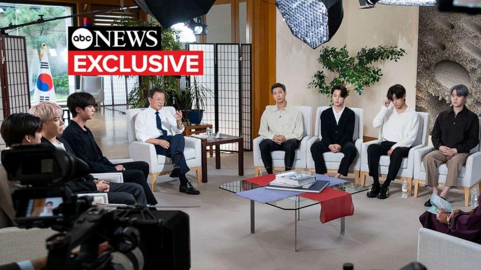 FOTOĞRAF: Güney Kore Devlet Başkanı Moon Jae-in ve Koreli müzik sansasyonu BTS, 22 Eylül 2021'de ABC News'den Juju Chang ile özel bir röportaj için oturdu.