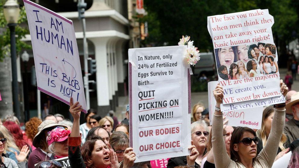 Gubernur California ruu tanda-tanda yang membutuhkan obat aborsi di perguruan tinggi umum