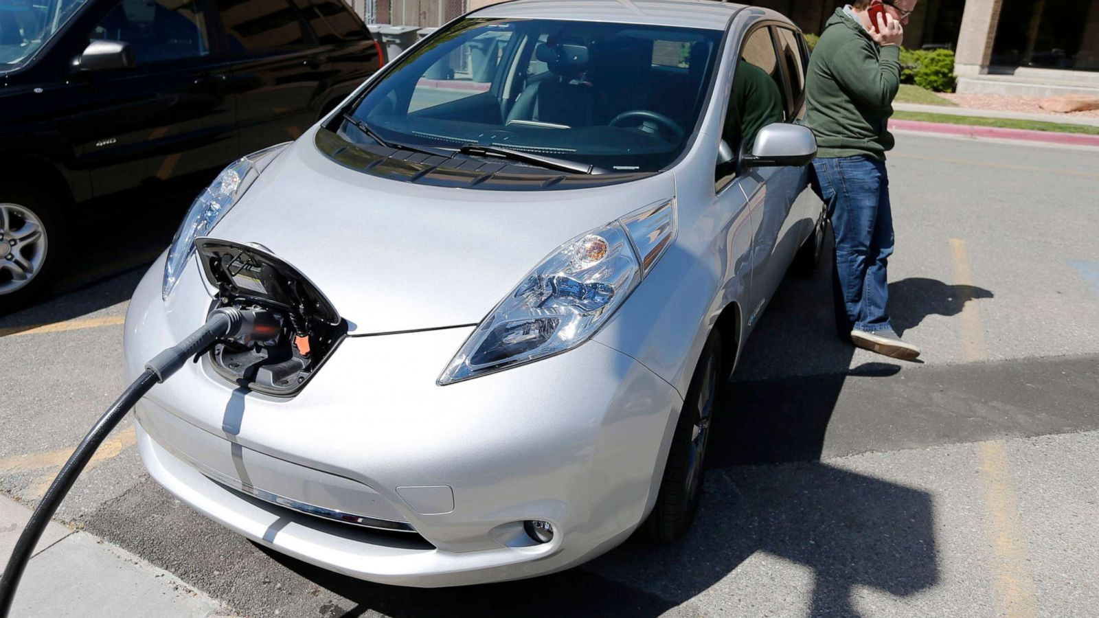 California targets 2035 for all new-car purchases to be zero-emission  vehicles - ABC News