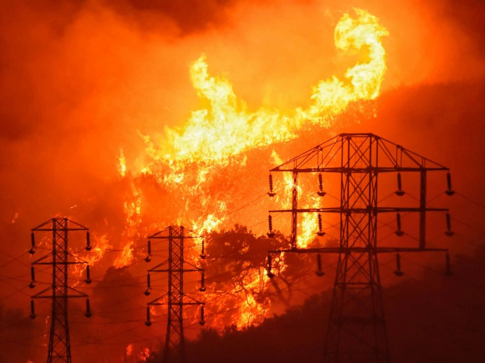Dramatic images of LA fire looming over the 405 Freeway during