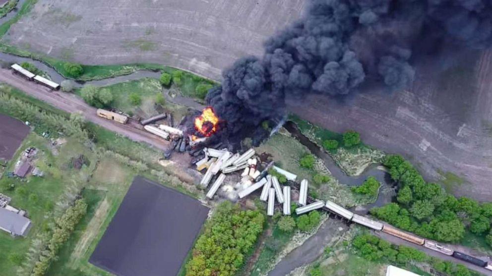 Freight train hauling fertilizer derails in Iowa, residents evacuated