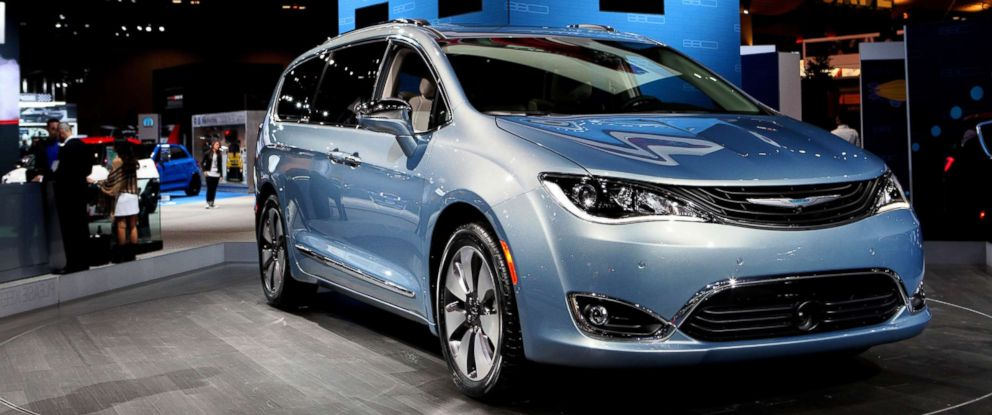 Photo A 2017 Chrysler Pacifica Is On Display At The 108th Annual Chicago Auto Show
