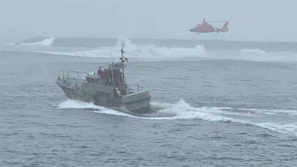 3 ψαράς δραματικά διασωθεί μετά βάρκα αναποδογυρίζει σε 12 πόδια κύματα