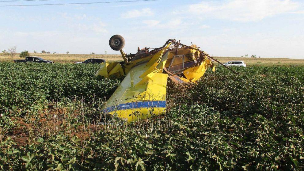 Το αεροπλάνο συντρίβεται μετά την πιλοτική σταγόνες εκατοντάδες γαλόνια του ροζ νερού για την ισότητα των αποκαλύψει