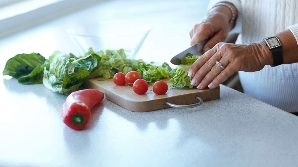 https://s.abcnews.com/images/US/cutting-romaine-lettuce-gty-mem-180426_hpMain_16x9_992.jpg