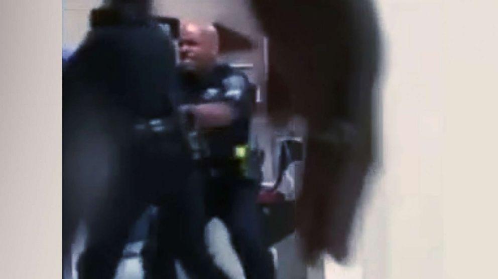 Policía de Detroit suspendido después de un video que lo muestra golpeando a una mujer desnuda en el hospital [ENG]