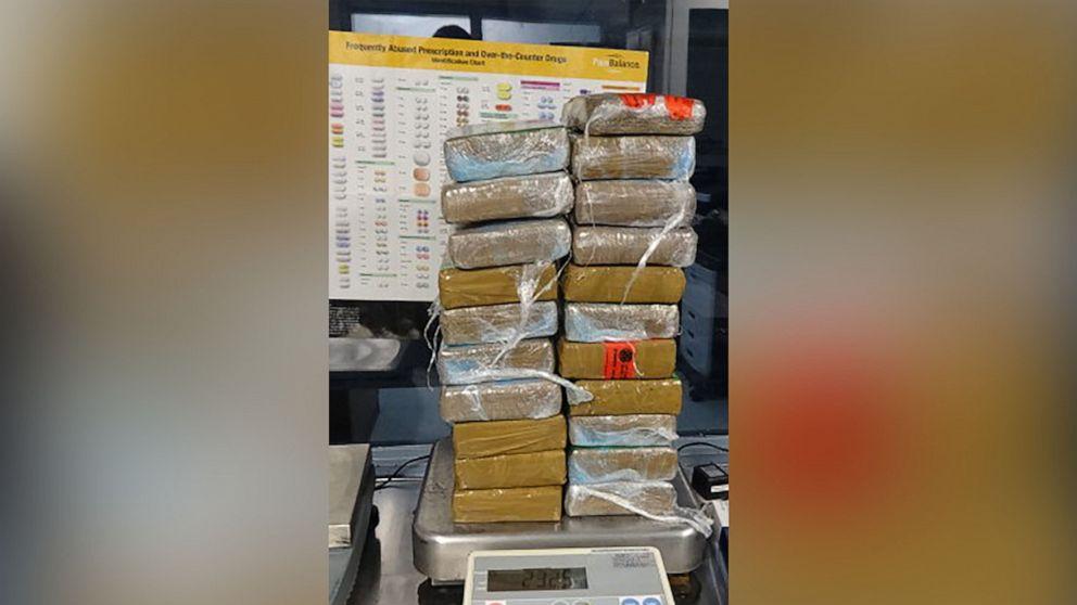 Mann verhaftet, der mit $500k von Kokain in dem Auto mit Frau, baby-Sohn
