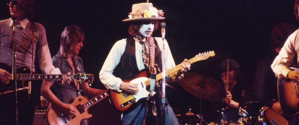 PHOTO: Bob Dylan performs in whiteface during the Rolling Thunder Revue concert tour in 1975