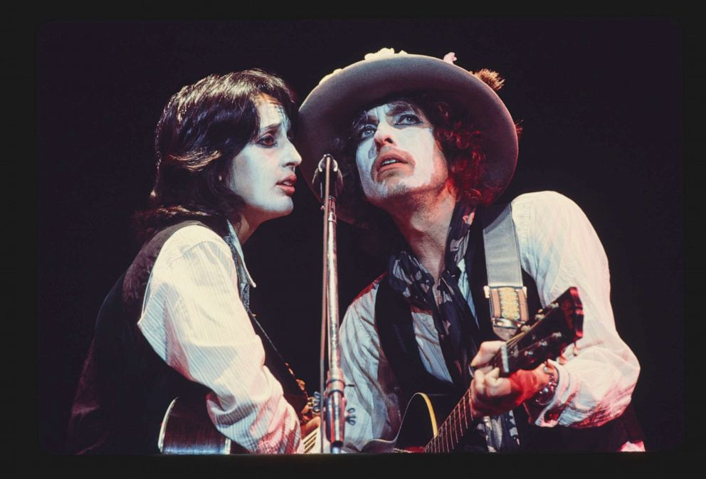 PHOTO: Bob Dylan and Joan Baez duet during the Rolling Thunder Revue tour of 1975.