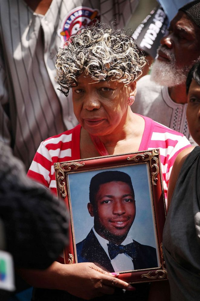 PHOTO: Gwen Carr, the mother of Eric Garner in front of Governor Andrew Cuomos office in this July 7, 2015, file photo in N.Y.