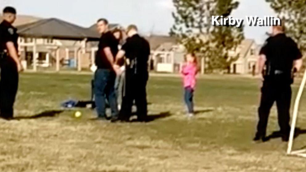 警方因涉嫌冠状病毒引起社会隔离而在公园逮捕父亲