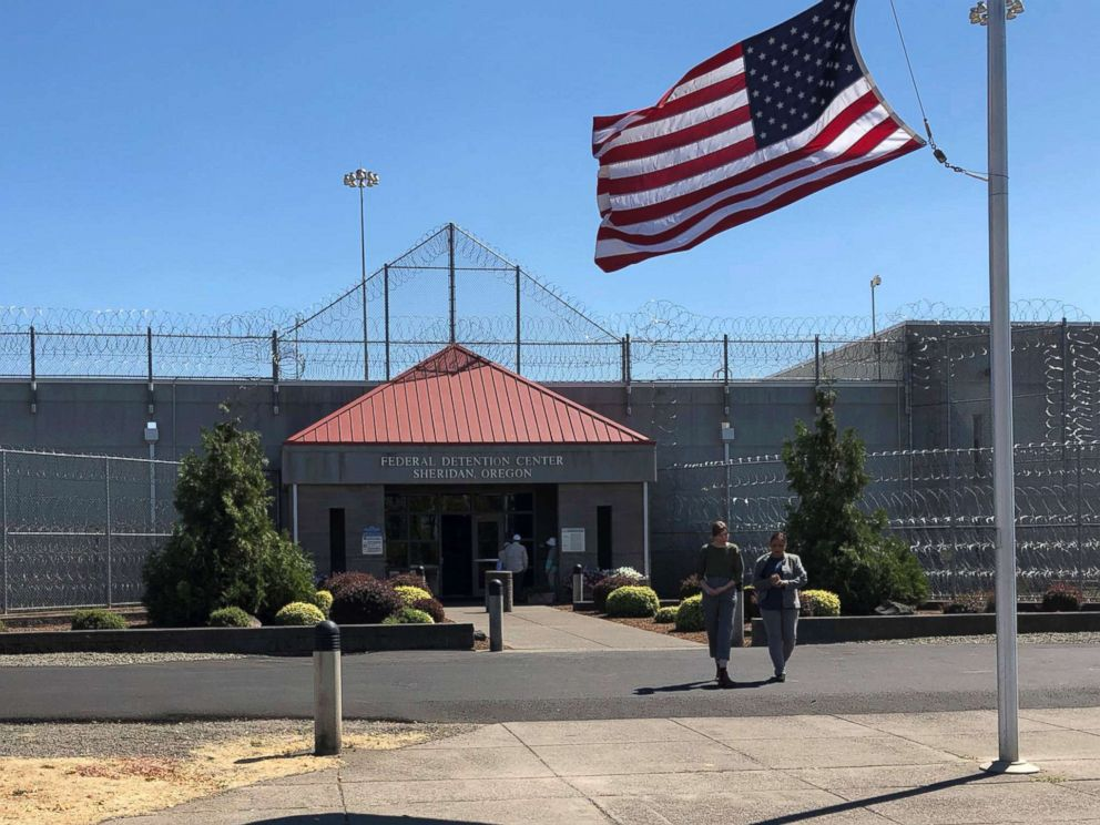 PHOTO: People walk outside the federal prison in Sheridan, Ore., Aug. 29, 2018.
