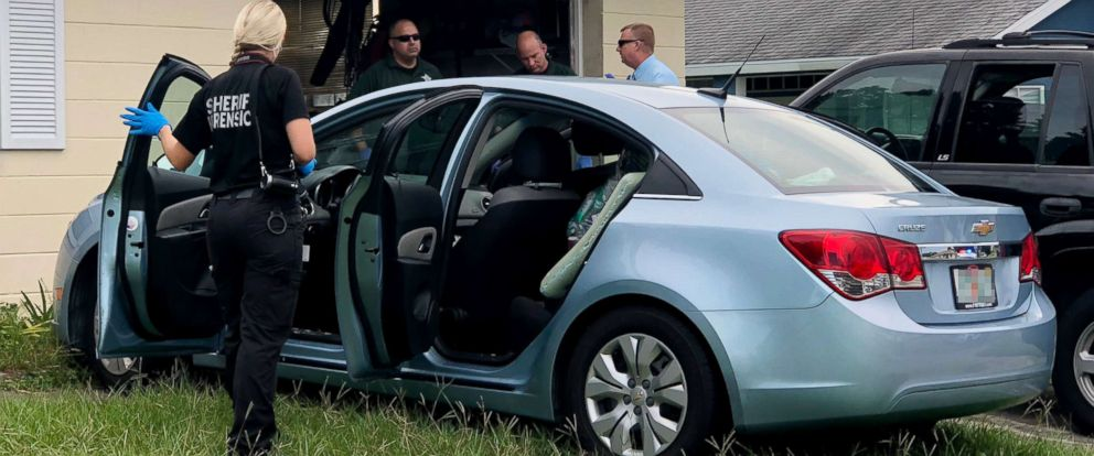 PHOTO: Hernando County Sheriffs Office investigators examine the car that deputies said a 9-month-old infant boy was found in, Spring Hill, Fla., Aug. 17, 2018.