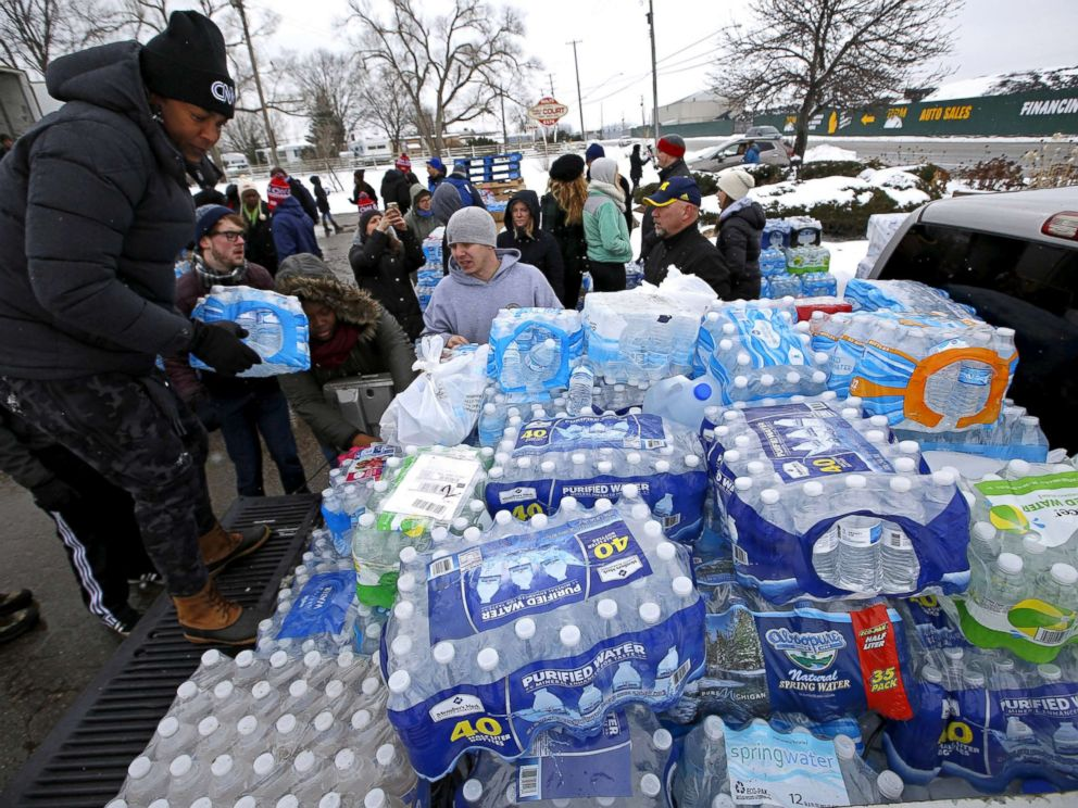 PHOTO: Volunteers distribute bottled water to help combat the effects of the crisis when the citys drinking water became contaminated with dangerously high levels of lead in Flint, Michigan, March 5, 2016.