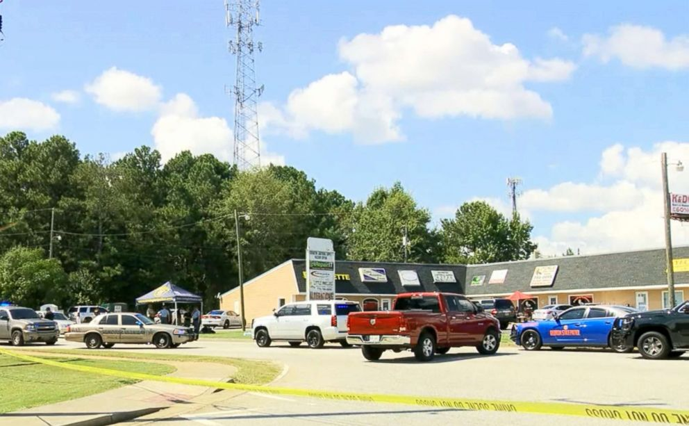 PHOTO: Police respond to the scene of a shooting in Covington, Ga.