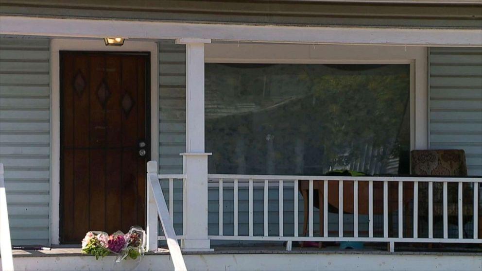 Tidur 6-year-old girl ditembak di kepala ketika peluru menghantam rumahnya