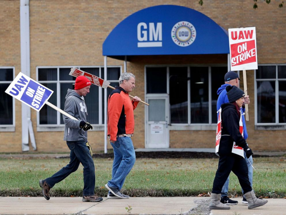 PHOTO: General Motors employees picket outside the General Motors Fabrication Division, Oct. 16, 2019, in Parma, Ohio.